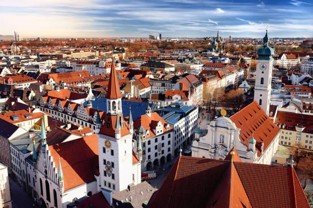 münchen centrum panoramautsikt över stadsbilden se med rådhuset och heiliggeistkirche - sankt peterskyrkan münchen bildbanksfoton och bilder
