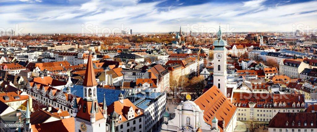 Munich Centro paisaje panorámico de la vista con el antiguo Ayuntamiento y Heiliggeistkirche - foto de stock
