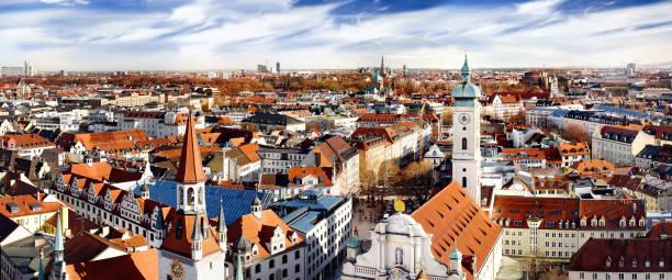 münchen panorama stadtbild ansicht mit old town hall und heiliggeistkirche - kleinstadt ansicht stock-fotos und bilder