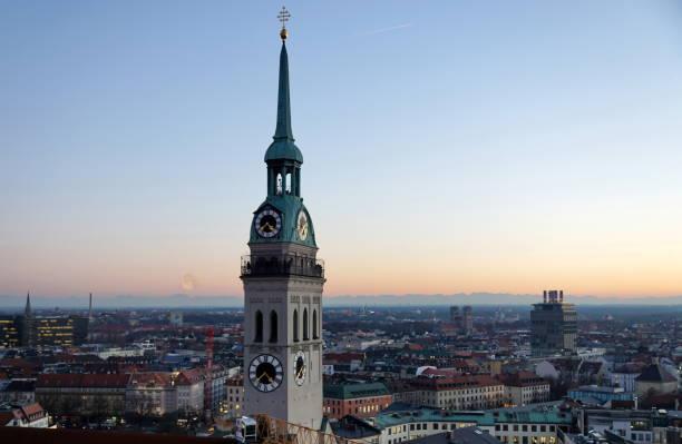 münchen - närbild av parish church of st peter tornet vid marienplatz. - sankt peterskyrkan münchen bildbanksfoton och bilder