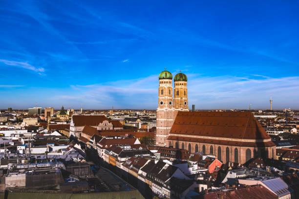 münchen während der oktoberfest-zeit - münchner frauenkirche stock-fotos und bilder