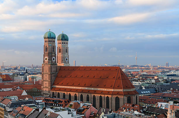 Münchner Frauenkirche bei Sonnenuntergang – Foto