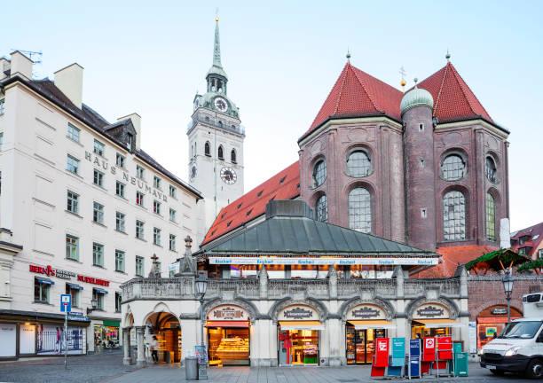 münchen, tyskland, st. peter's church. - sankt peterskyrkan münchen bildbanksfoton och bilder