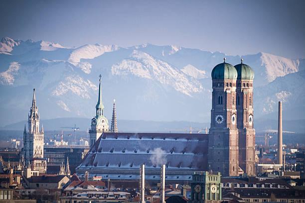 münchen im winter - münchner frauenkirche stock-fotos und bilder