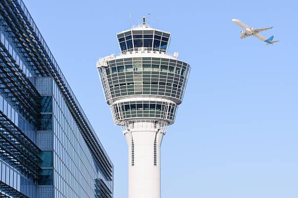 뮌헨 국제 공항 관제탑 및 출발 날아오름 - 타워 뉴스 사진 이미지