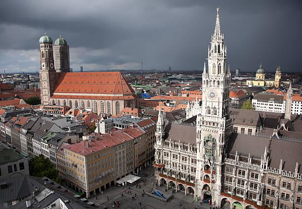 münchen marienplatz im sturm - münchen weather stock-fotos und bilder