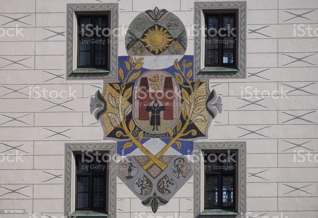 München. Malen mit dem Wappen der Stadt auf dem Turm des alten Rathauses. – Foto