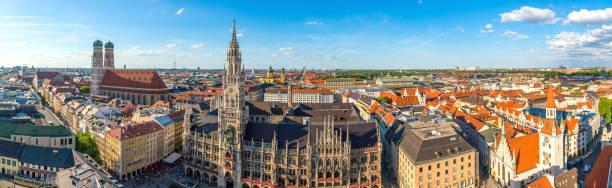 münchens skyline med rådhuset marienplatz - münchens nya rådhus bildbanksfoton och bilder