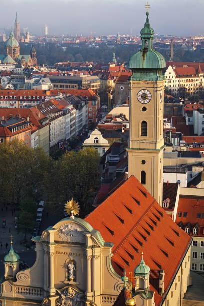 münchen. heiliggeist kyrkan i twilight. - sankt peterskyrkan münchen bildbanksfoton och bilder