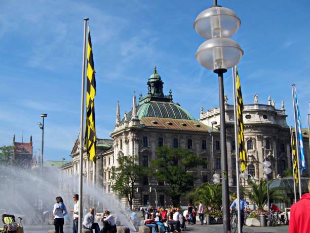 münchen. uitzicht op het paleis van justitie van karlplatz stachus. beieren, duitsland. - 2010 2019 stockfoto's en -beelden