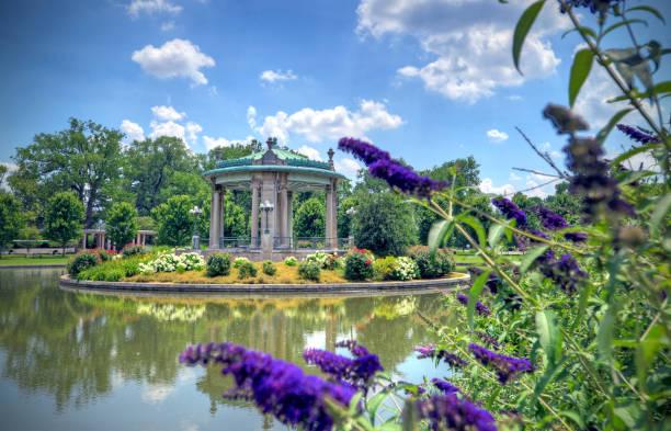 綠豆演奏台位於森林公園 - st louis 個照片及圖片檔