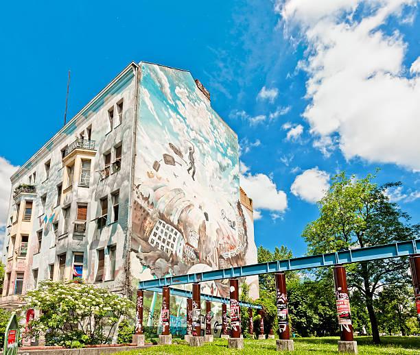 wandgemälde im gebäude in berlin - kreuzberg stock-fotos und bilder
