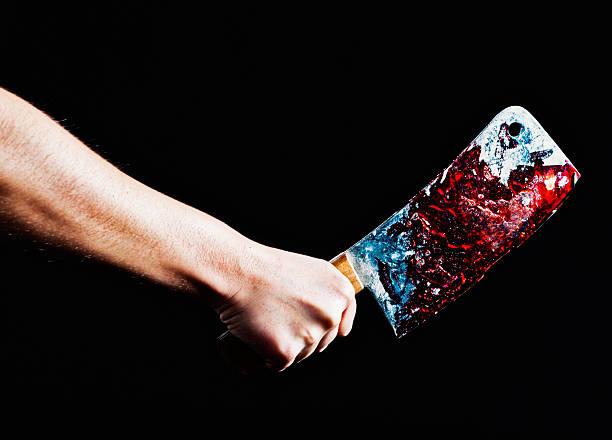 Assassinato ou Preparação de carnes? Mão tração sangrentos faca. - foto de acervo