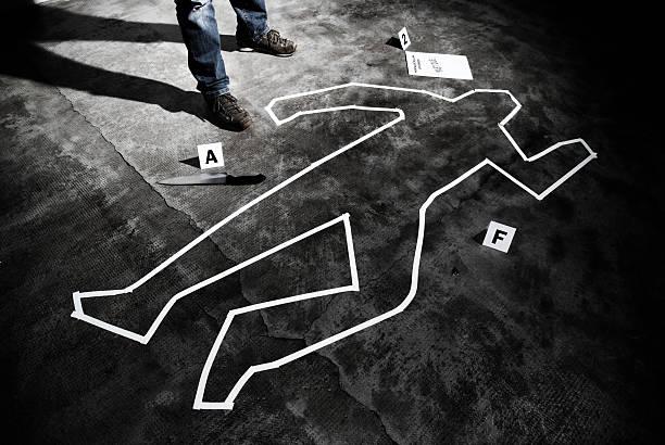 Murderer back on the crime scene Murderer back on the crime scene - Forensic science dead stock pictures, royalty-free photos & images