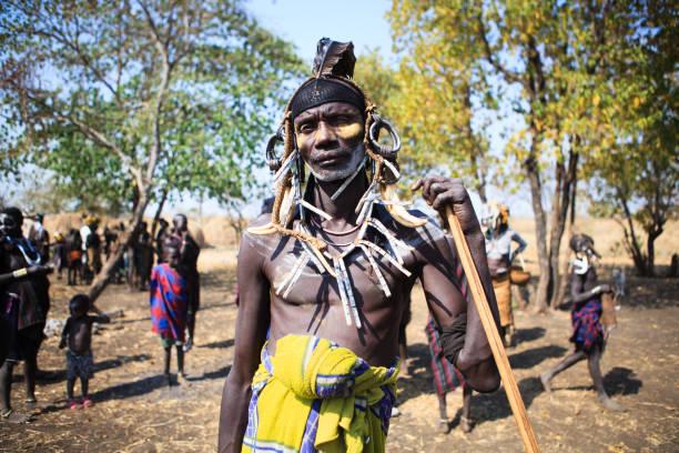 mursi chief mann im dorf in der nähe von jinka, äthiopien - shell tattoos stock-fotos und bilder