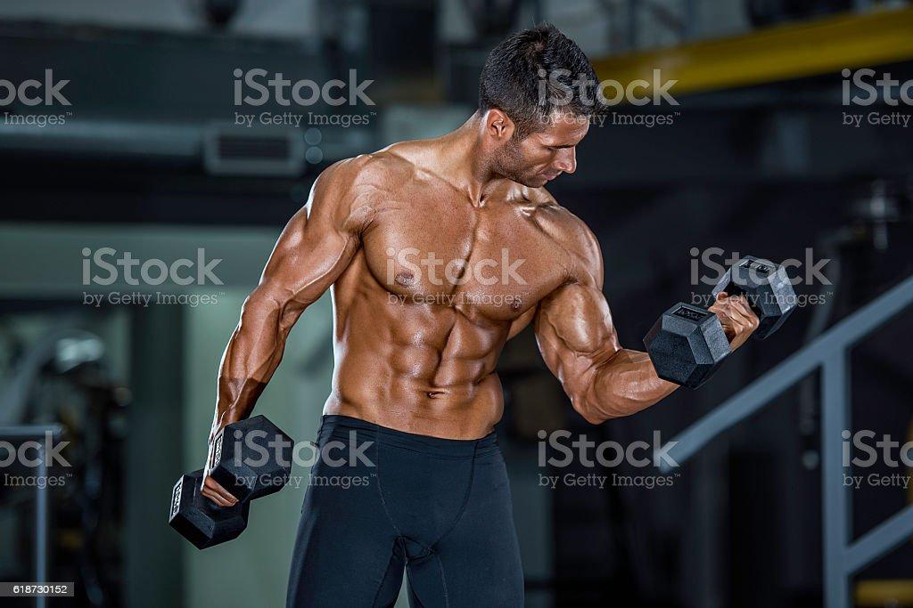 Músculos e academia de ginástica - foto de acervo