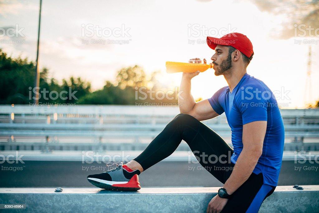 Muskuläre Sport-ausruhen und Trinken Energiegetränk – Foto