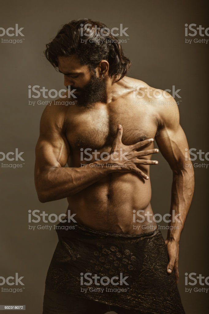 Muscular bearded man body shot – zdjęcie