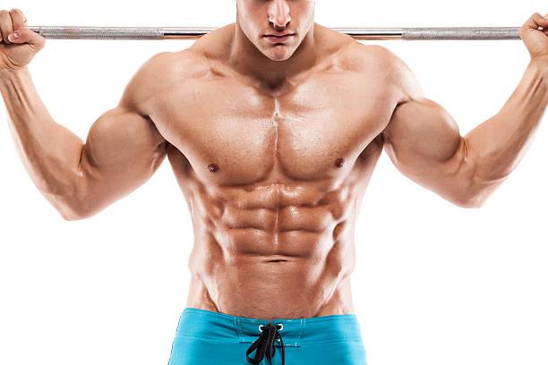 Muscular bodybuilder guy haciendo ejercicios con pesas - foto de stock
