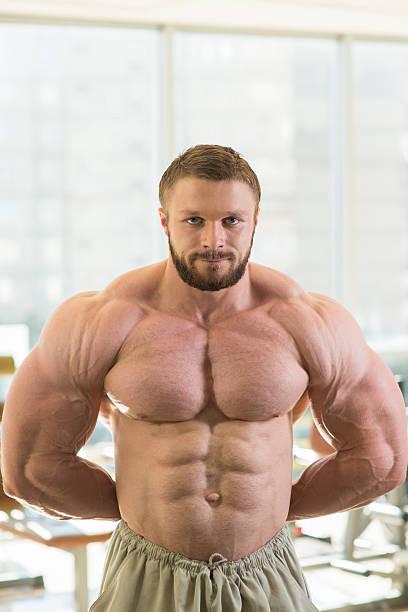 bodybuilder muscular. - hombres grandes musculosos fotografías e imágenes de stock