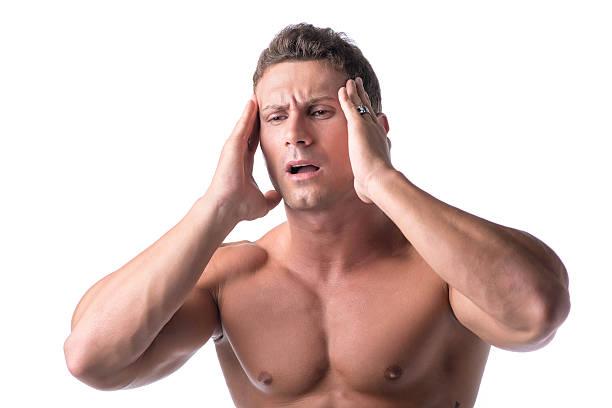 muskuläre gut aussehender mann hält seinen kopf mit für kopfschmerzen, isoliert - mit muskelkater trainieren stock-fotos und bilder