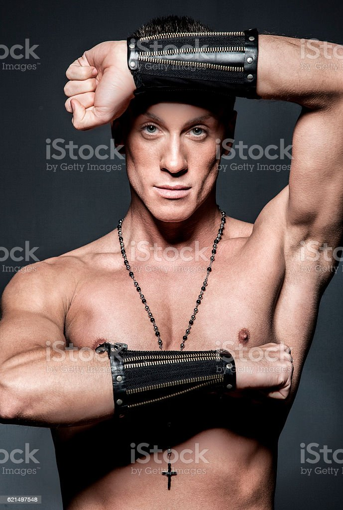 Muscular male bodybuilder on black background Lizenzfreies stock-foto