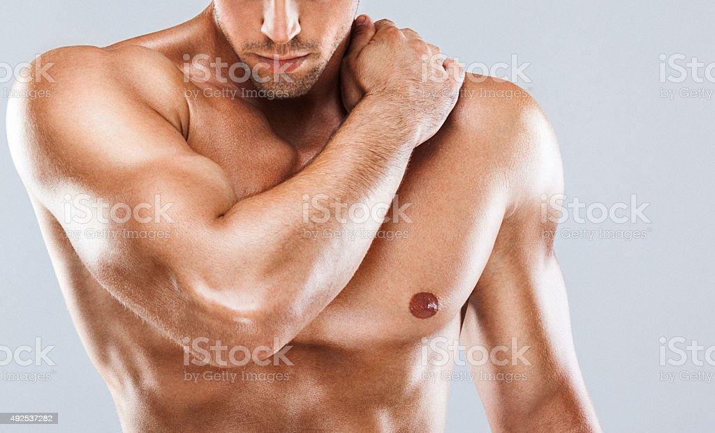 Umięśniony mężczyzna w górnej części ciała. – zdjęcie