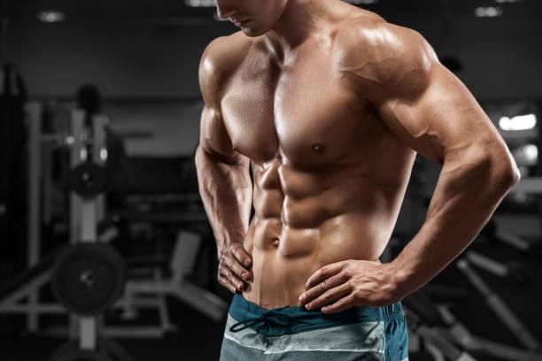 abs homme musclé dans la salle de gym, en forme abdominale. fort torse nu masculin, entraînez - pack de six photos et images de collection