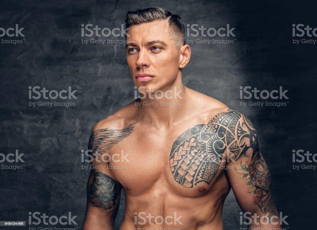 Modele De Fitness Homme Muscle Avec Tatouage Sur Sa Poitrine