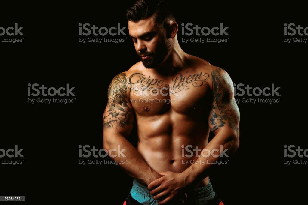 보이는 스튜디오에 근육 질의 남자 - 로열티 프리 20-29세 스톡 사진