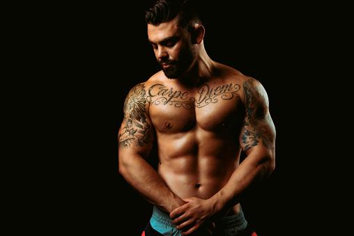보이는 스튜디오에 근육 질의 남자 20-29세에 대한 스톡 사진 및 기타 이미지
