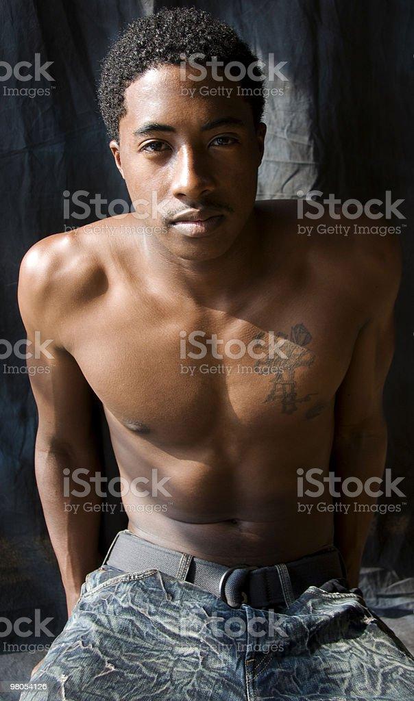Muscolare uomo in luce solare foto stock royalty-free