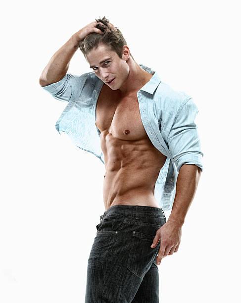 muscolare uomo guarda alla macchina fotografica - a petto nudo foto e immagini stock