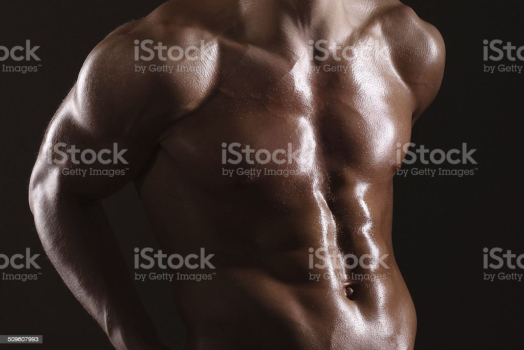Musculaire homme montrant abs - Photo