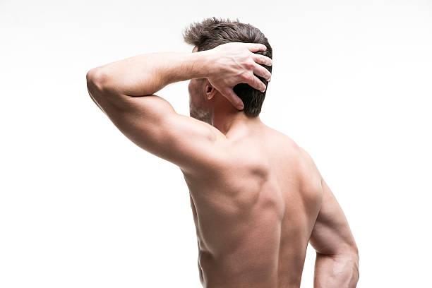 muskel mann mit einem kopfschmerz isoliert auf weißem hintergrund - mit muskelkater trainieren stock-fotos und bilder