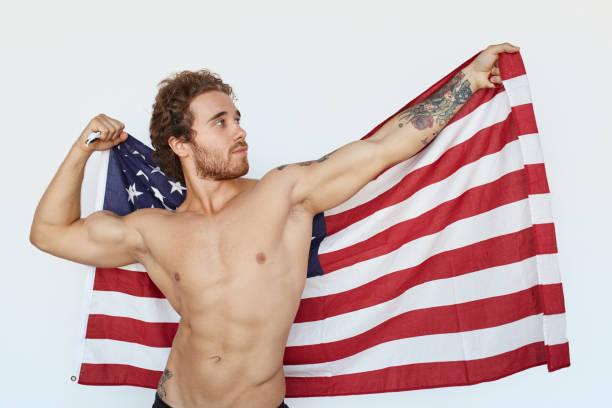 muskuläre mann mit amerikanischer flagge - rebellenflaggen tattoos stock-fotos und bilder