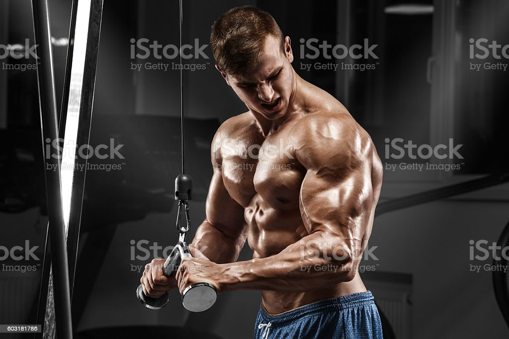 Muscular man working out in gym doing exercises, torso abs - foto de stock