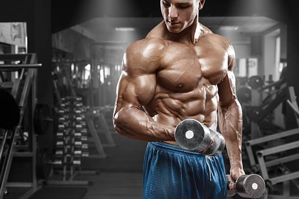 Muscular man de ejercicios en el gimnasio. torso masculino de abs resistente - foto de stock