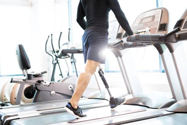 muskulös man tränar på löpband - protesutrustning bildbanksfoton och bilder
