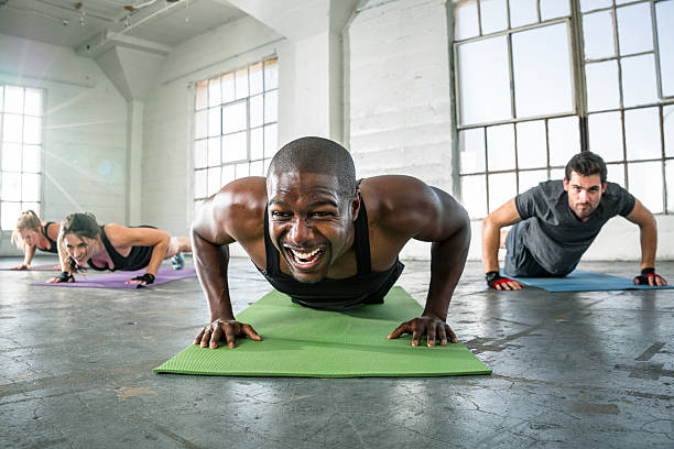 muscular personal instructor workout class endurance determination vigor - sachenmacher stock-fotos und bilder