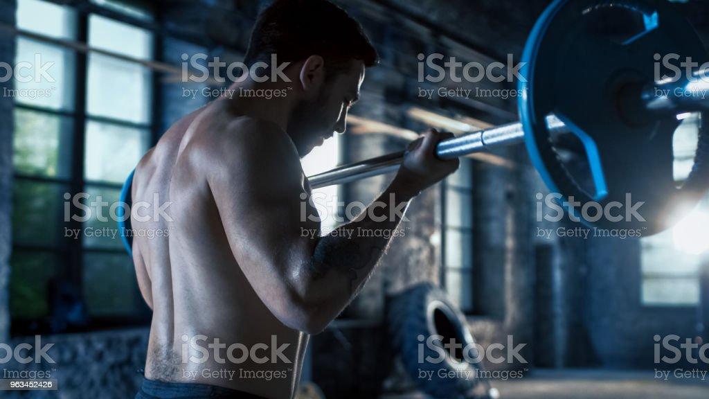Pazı yapıyor çabayla ağır halter kaldırma kas gömleksiz adam bukleler / vücut geliştirme egzersiz sanayi spor salonu binanın içinde. - Royalty-free Adamlar Stok görsel
