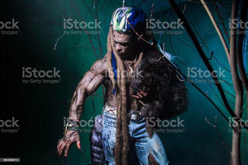 Hombre Lobo Musculoso Con Rastas Con Uñas Largas Entre Las Ramas Del ...