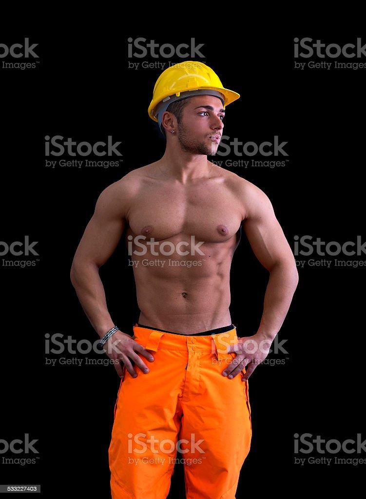 photo de stock de musculaire jeune ouvrier du b u00e2timent torse nu avec casque de chantier images