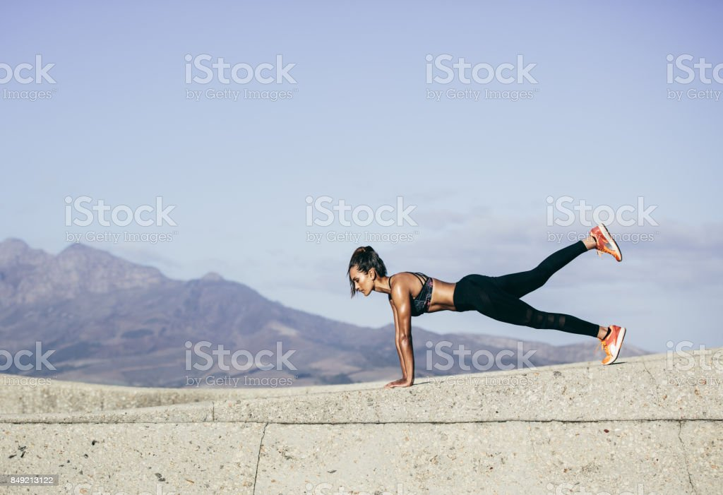 Joven musculosa haciendo push ups - foto de stock