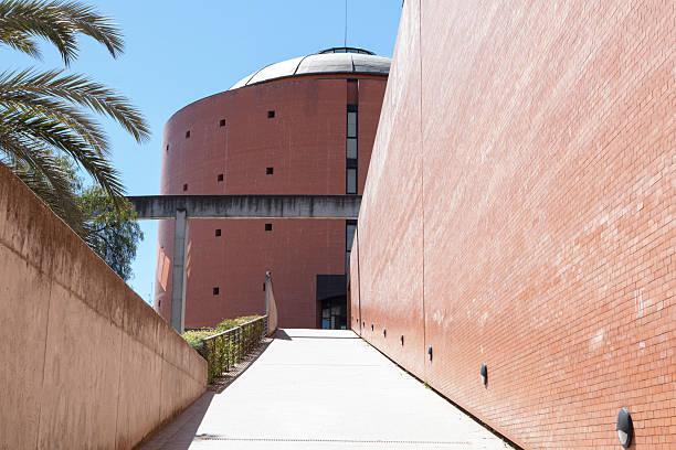Museo MEIAC edificio, la rampa de entrada - foto de stock
