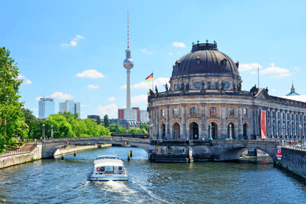 museumsinsel in berlin - brücke museum berlin stock-fotos und bilder