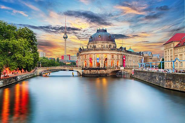wyspa muzeów na rzeka sprewa w centrum berlina, niemcy - niemcy zdjęcia i obrazy z banku zdjęć