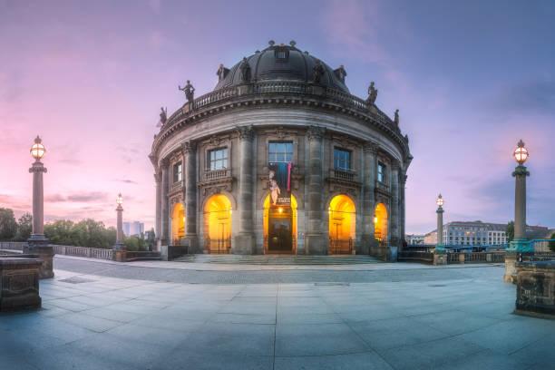 museumsinsel an spree von berlin, deutschland - brücke museum berlin stock-fotos und bilder