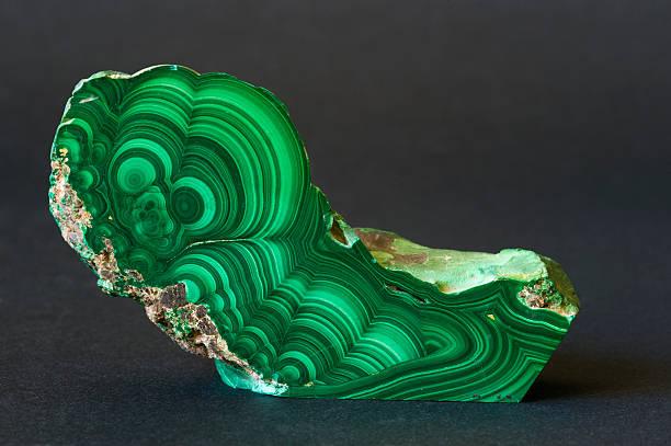 museum mineral-serie: aus malachit vom congo. 13 cm. - malachit stock-fotos und bilder