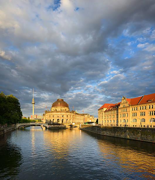 bode-museum, der museumsinsel und fernsehturm in berlin, deutschland - brücke museum berlin stock-fotos und bilder